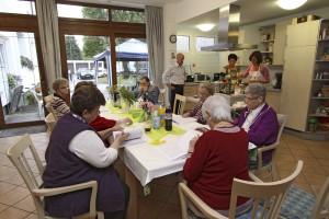 Gemeinsam mit Sonja Leidemann (Mitte) zauberte die Senioren-WG in Bommern ein Drei-Gänge-Menü. (Foto Jörg Fruck)